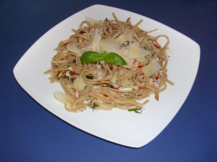 Paste mit Radieschen-Zucchini Salsa